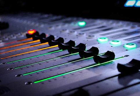 соединить голос с музыкой